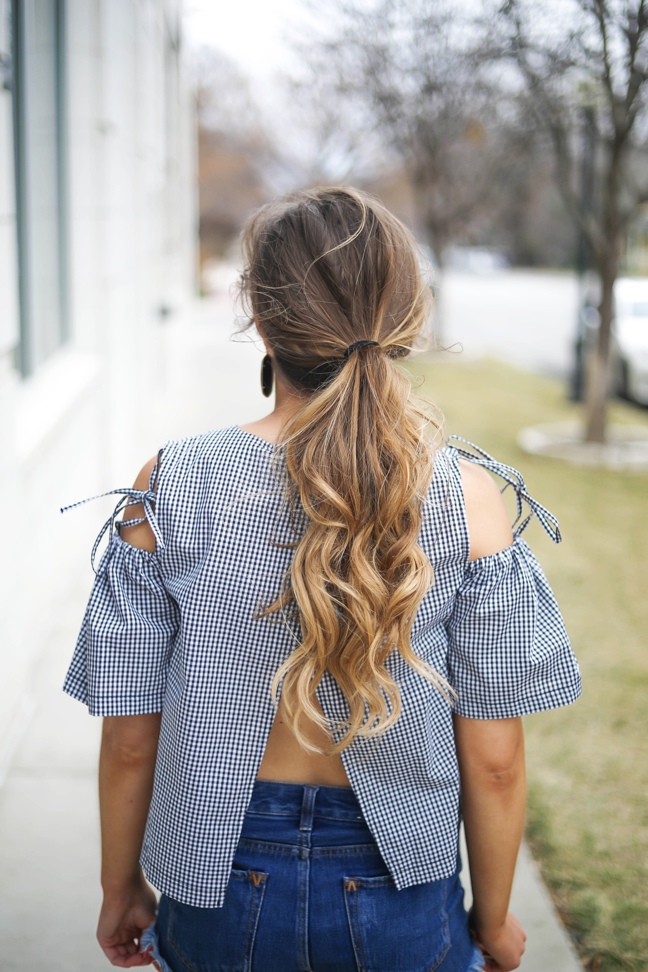 Gingham meets glam in this latest fashion post! How cute is this cold shoulder gingham top? I am obsessed with the cute tied cold shoulders! I paired it with my black Kendra Scott earrings and ray ban club masters! By Lauren Lindmark on dailydoseofcharm.com daily dose of charm