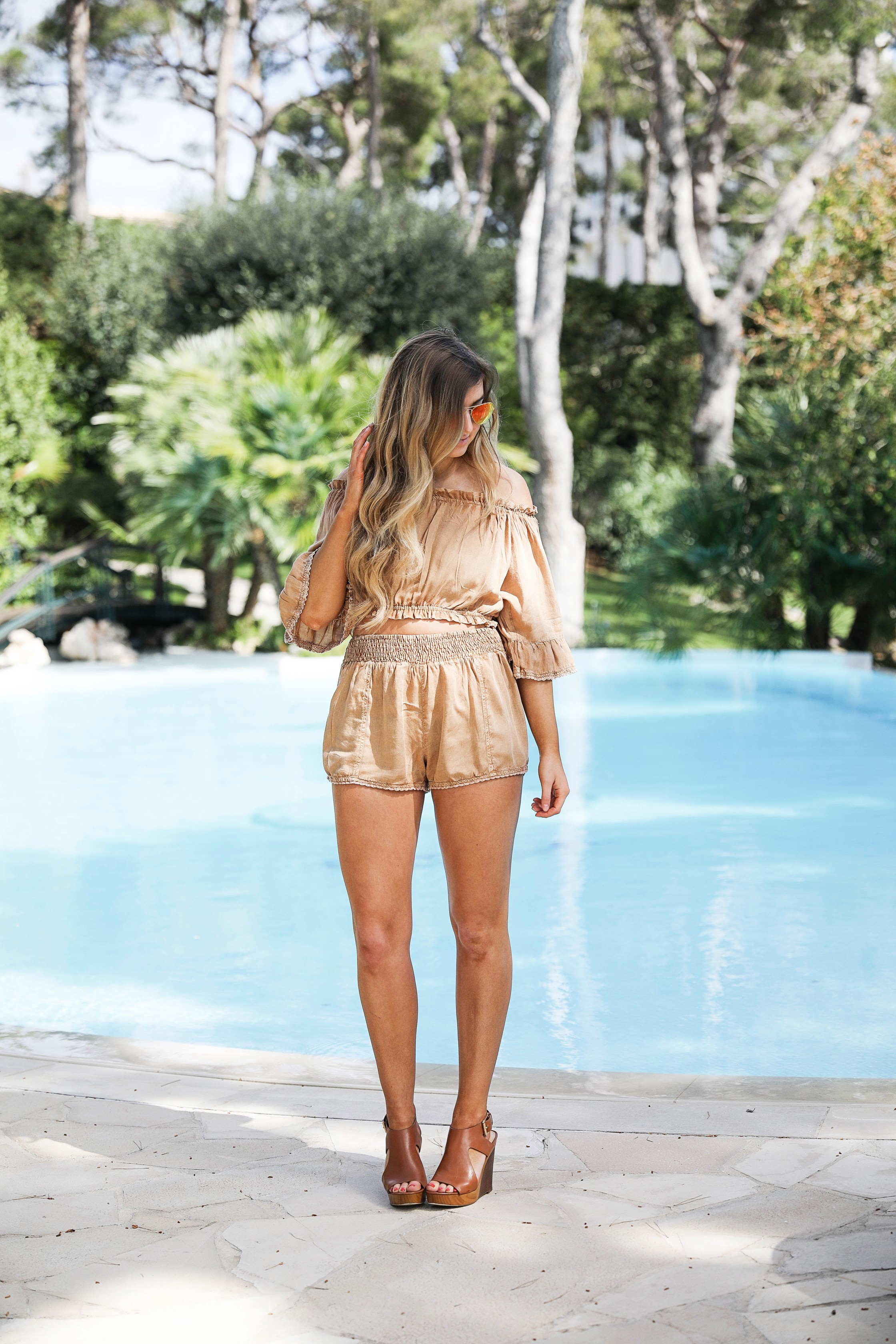 The cutest nude two piece up on the blog! I love a good neutral outfit, there is so much you can do with it! This one is perfect for a vacation outfit. I wore this outfit for Nice, France and I loved it with my red mirrored Ray Ban sunglasses! By Lauren Lindmark on dailydoseofcharm.com daily dose of charm