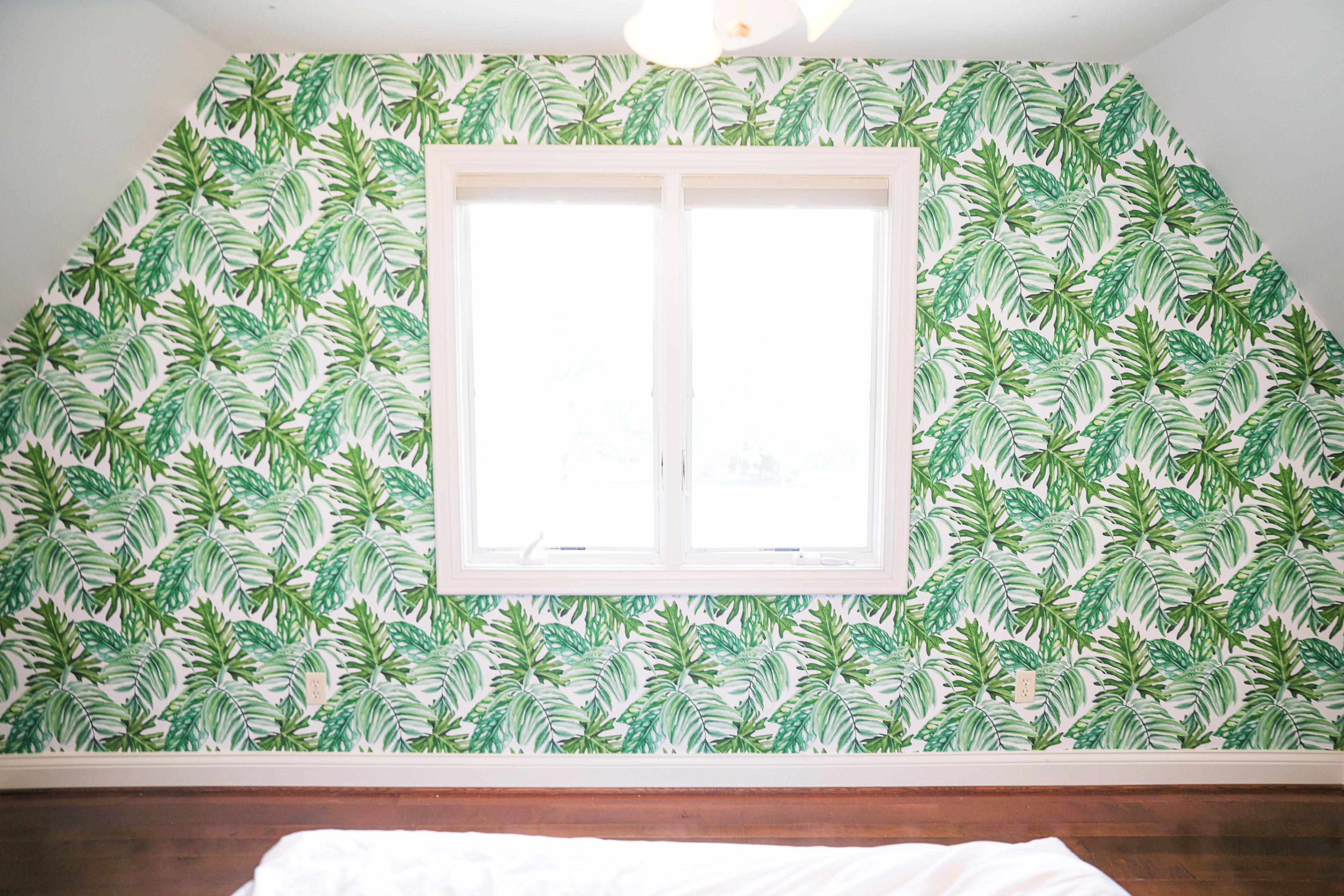 Palm Leaf Wallpaper as a statement wall. Cute palm leaf, tropical decor. Temporary and easy to put up and remove, on the blog daily dose of charm by lauren lindmark