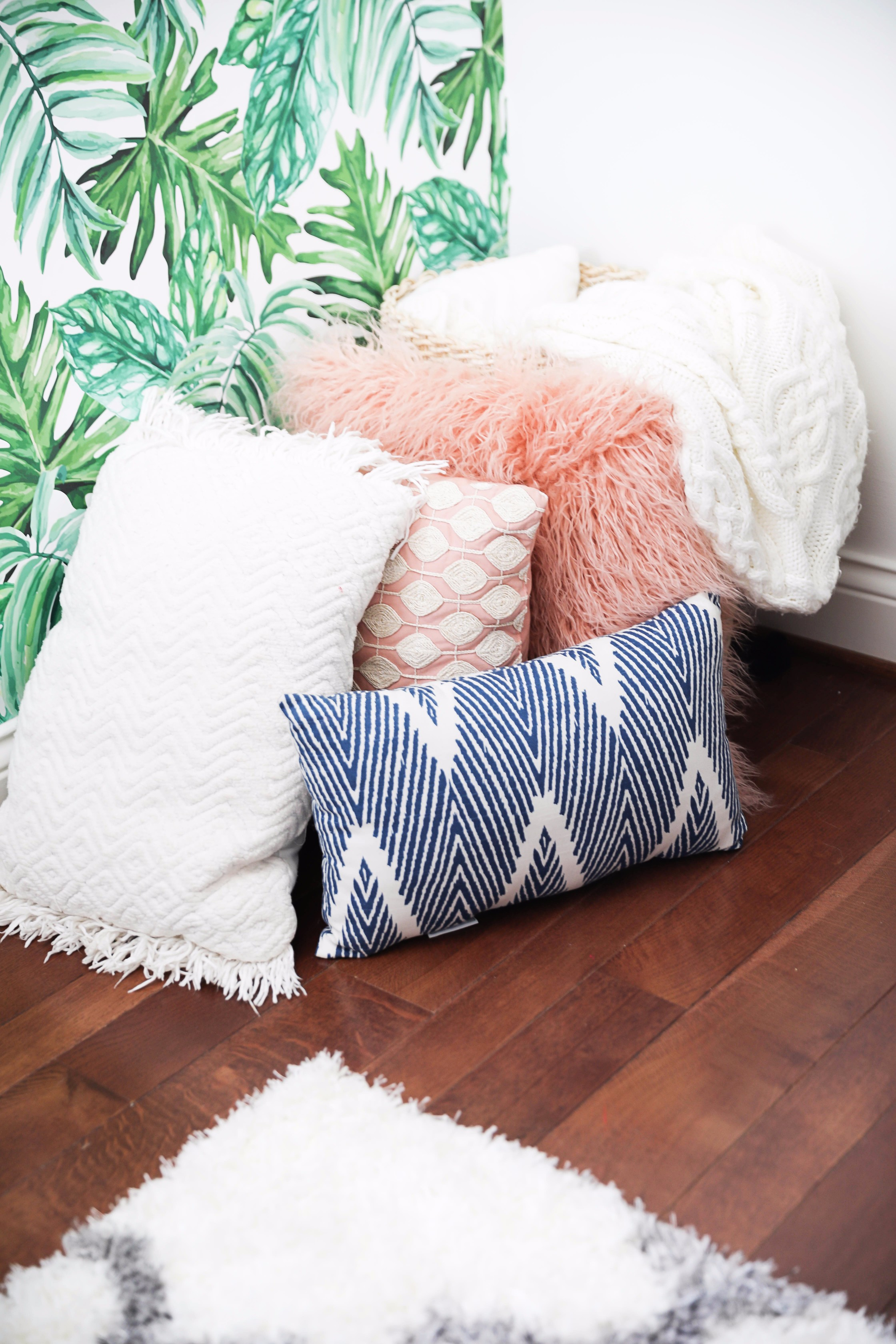 Palm leaf room tour! The perfect summer room decor is up this cute blog! I can't get enough of the palm leaves, tropical decor! Check out all the details on fashion and design blog daily dose of charm by lauren lindmark