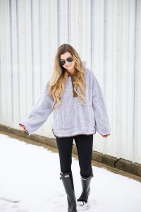 Free People Sweatshirt! I love this cozy grey pullover, it is so soft and comy! Get these casual outfit details on fashion blog daily dose of charm by lauren lindmark