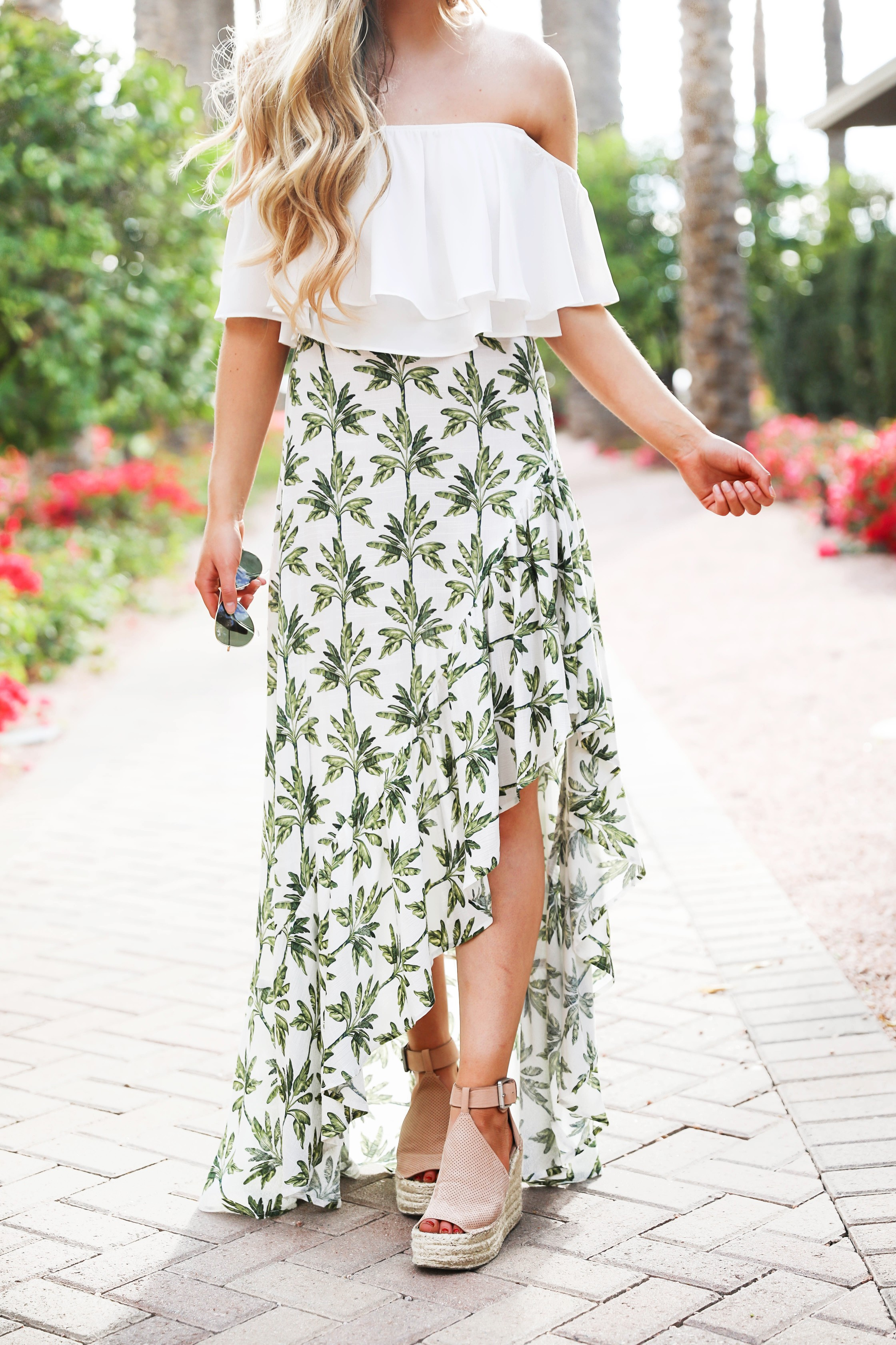 Show me your mumu palm maxi skirt and white flowy crop top! Such an adorable spring break outfit! Cute beach look for summer! Details on fashion blog daily dose of charm by lauren lindmark
