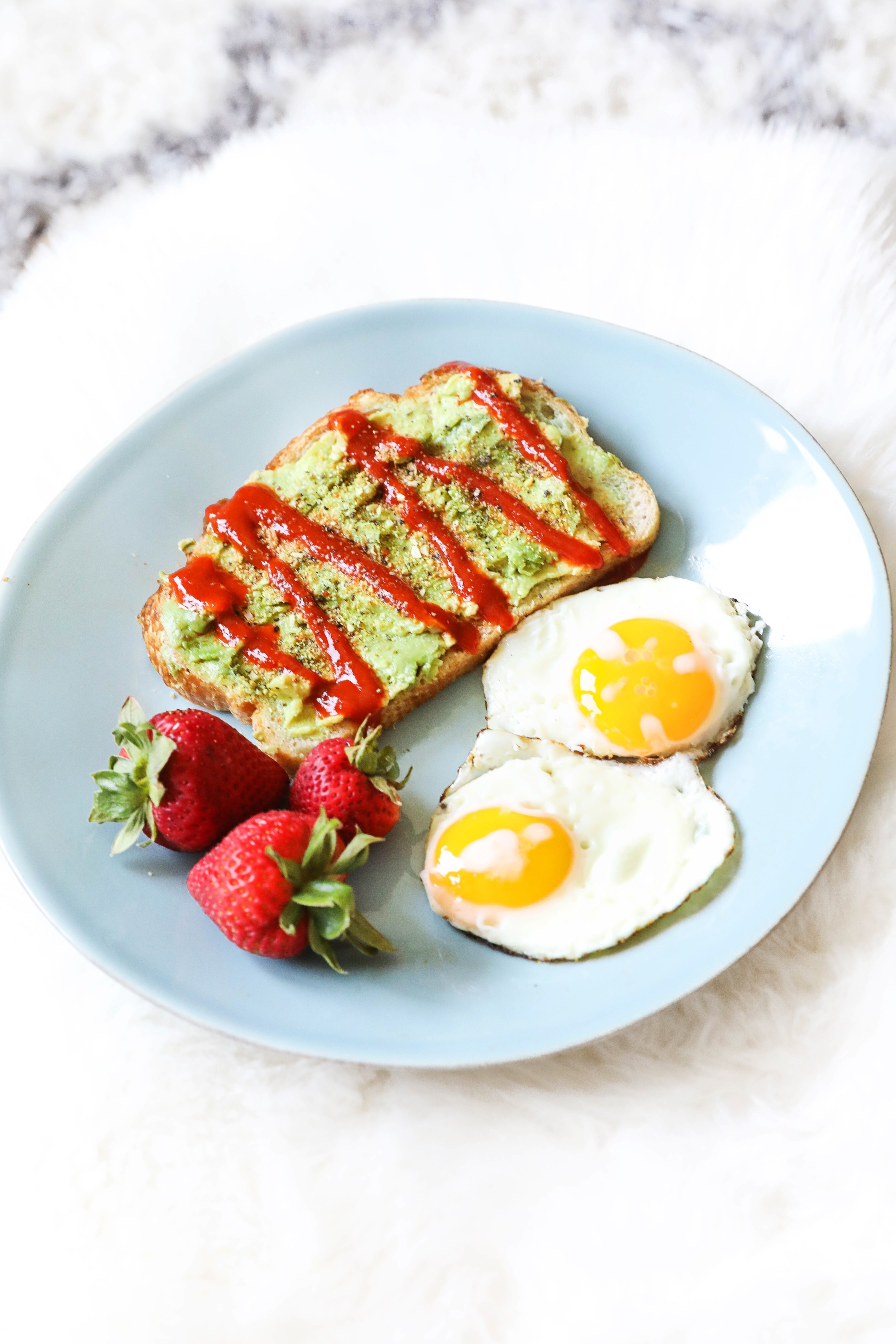 Avocado toast wtih fruit and eggs! Low calorie lunch and breakfast recipe and ideas! What I eat in a day dairy free recipes on lifestyle blog daily dose of charm by lauren lindmark