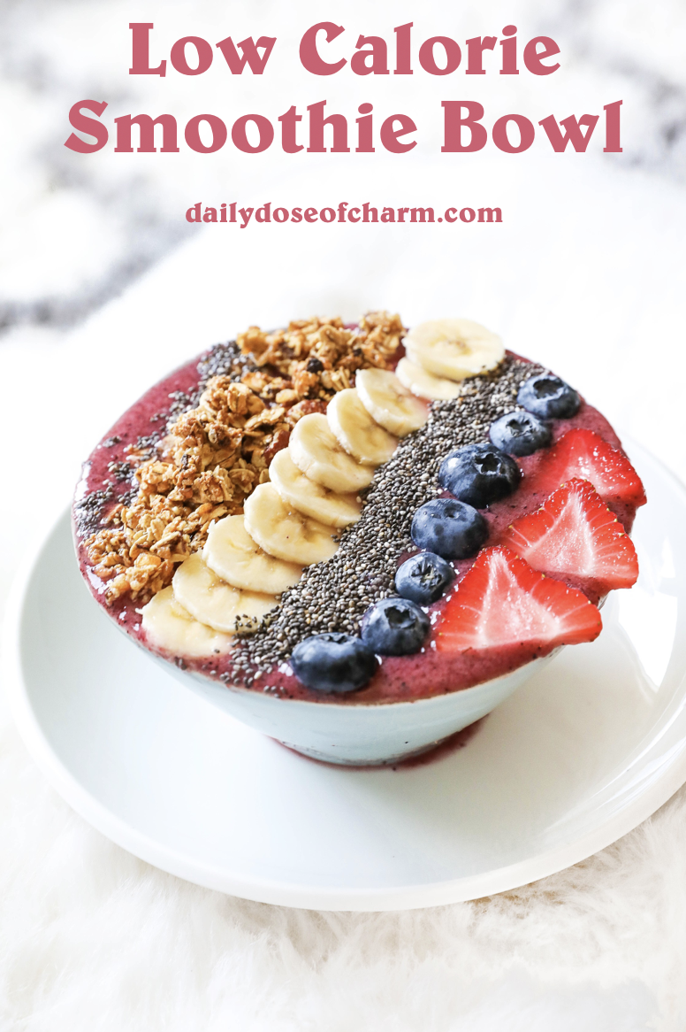 Smoothie bowl with acai, bananas, strawberries, blueberries, chia seeds, granola, and more! Healthy breakfast ideas! Easy low calorie recipe on the blogpost what I eat in a day! Details on lifestyle blog daily dose of charm by lauren lindmark
