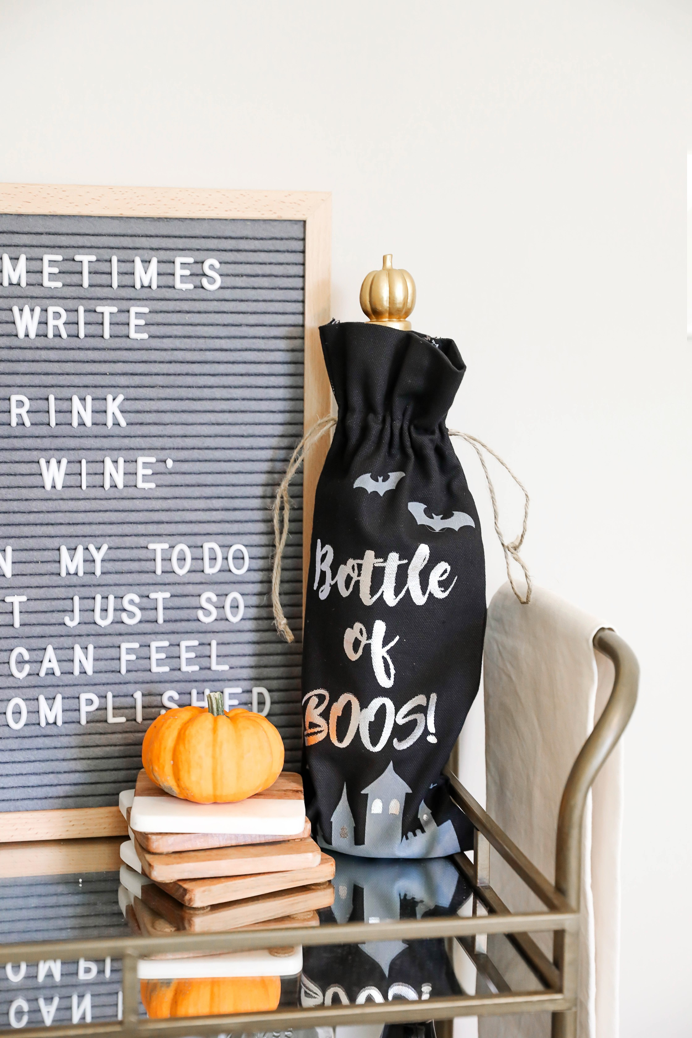 Fall bar cart ideas and fall room decor ideas! Inspiration for white and bright room! Check out this fashion blogger's room tour! I love decorating my house for autumn! Details on fashion and lifestyle blog daily dose of charm by lauren lindmark