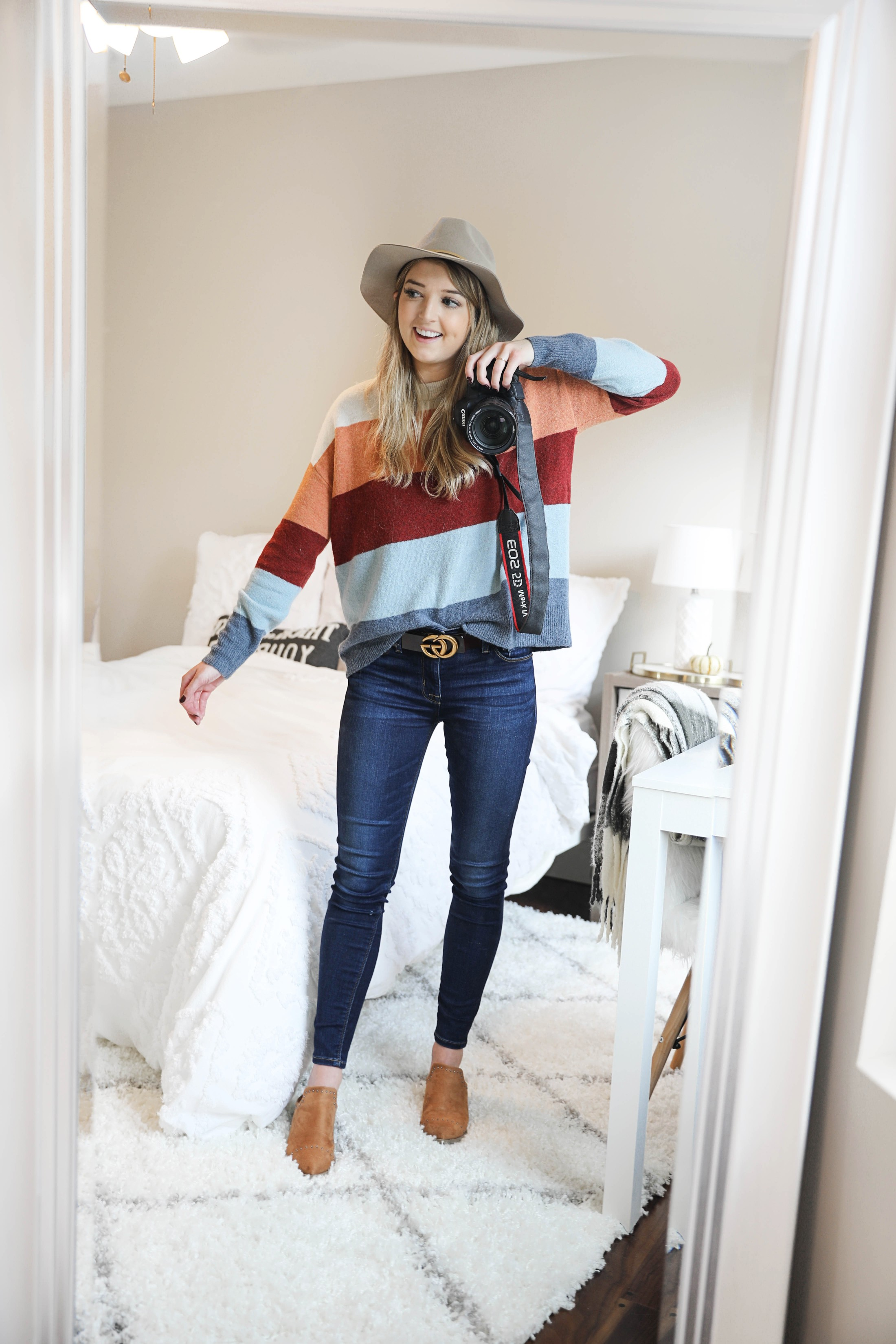 Fall room decor ideas! Inspiration for white and bright room! Check out this fashion blogger's room tour! I love decorating my house for autumn! Details on fashion and lifestyle blog daily dose of charm by lauren lindmark