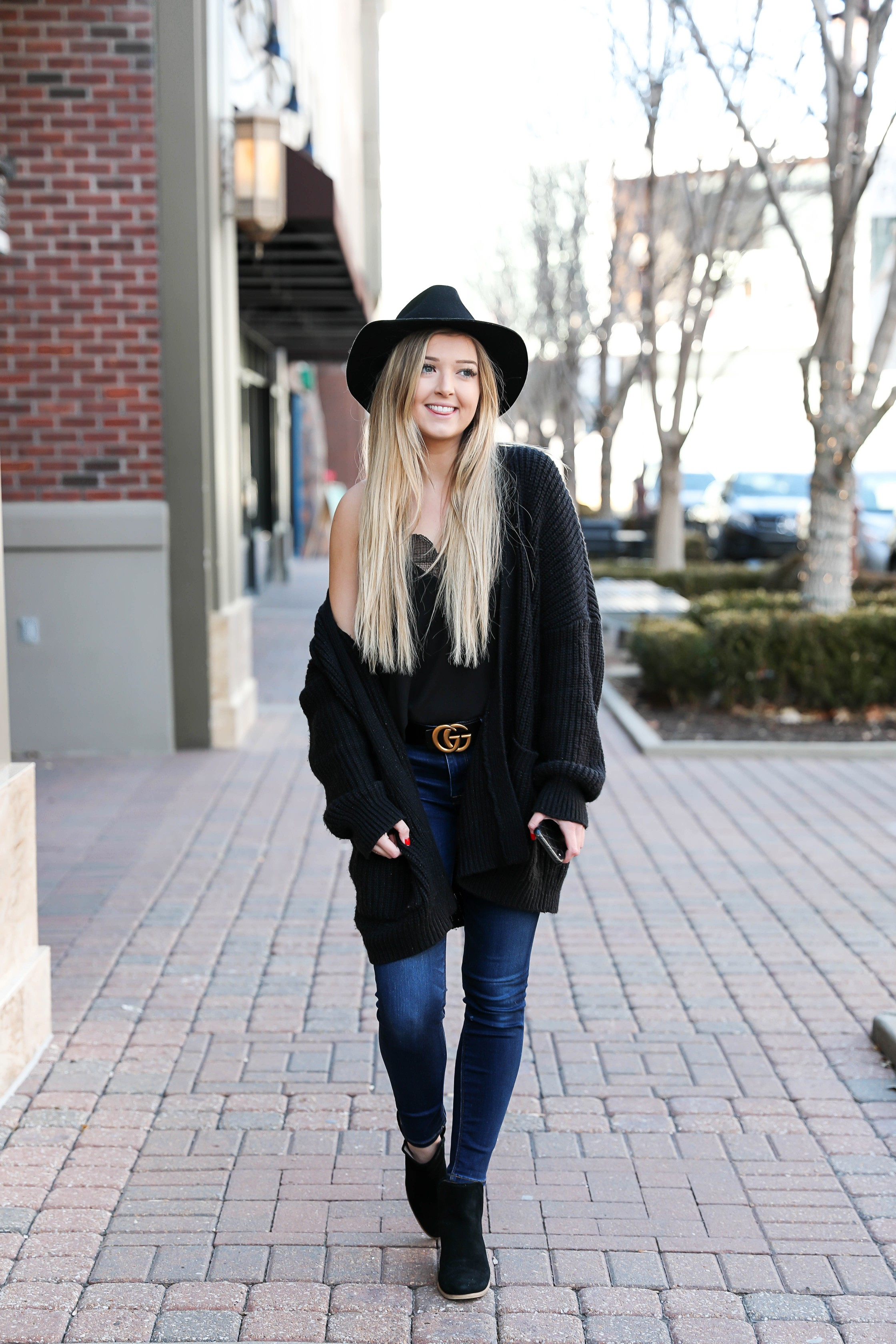 How I plan my day on the iPhone iCalendar app! Start the new year off right with these organization tips! Also checkout this cute all black outfit with this cute gucci belt and black felt hat! Details on fashion blog daily dose of charm by lauren lindmark