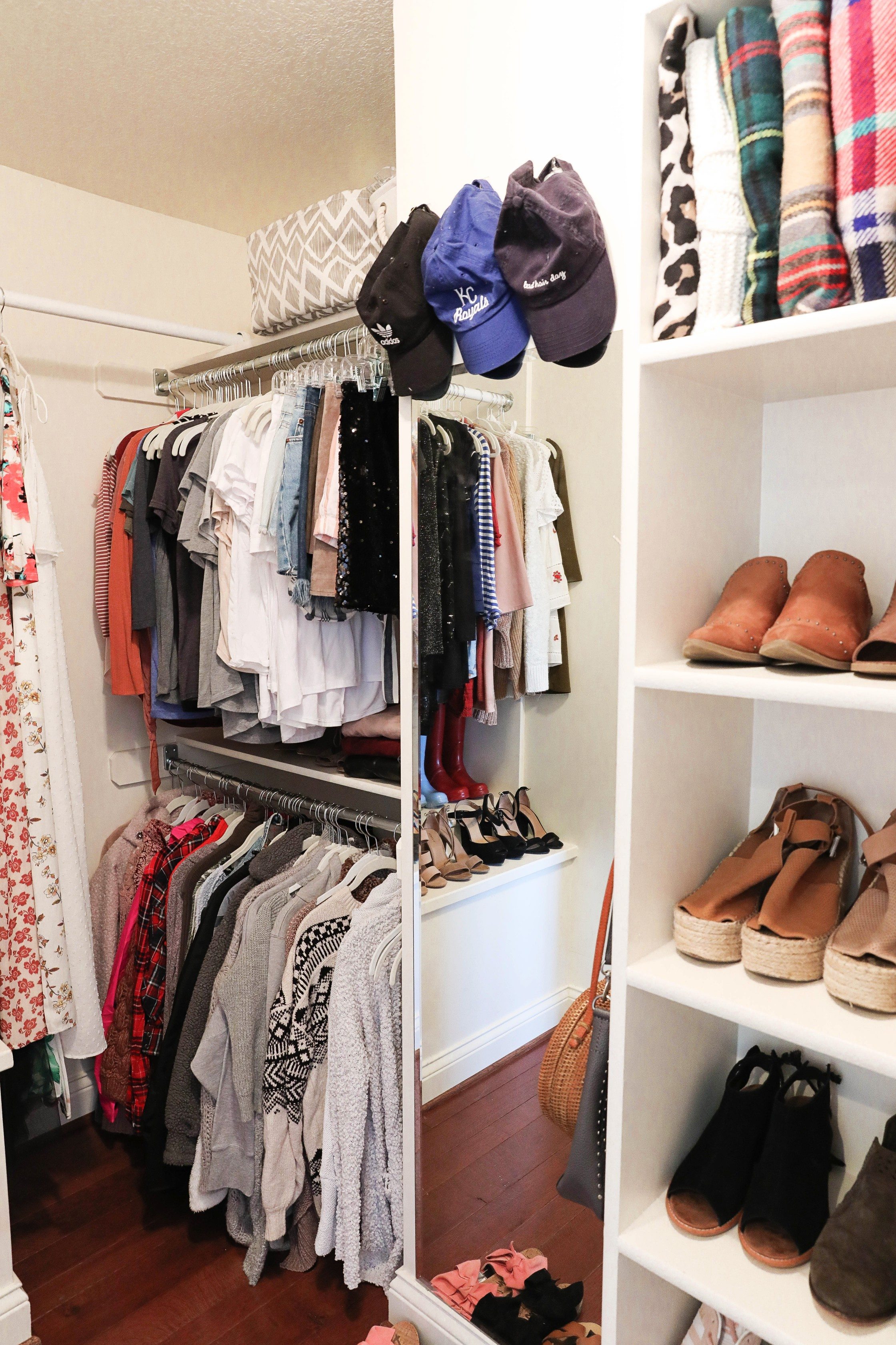 Room decluttering tips! Total closet clean out to live a minimal lifestyle. Spring cleaning means getting rid of clutter! Insane before and after photos of decluttering on lifestyle blog daily dose of charm by lauren lindmark