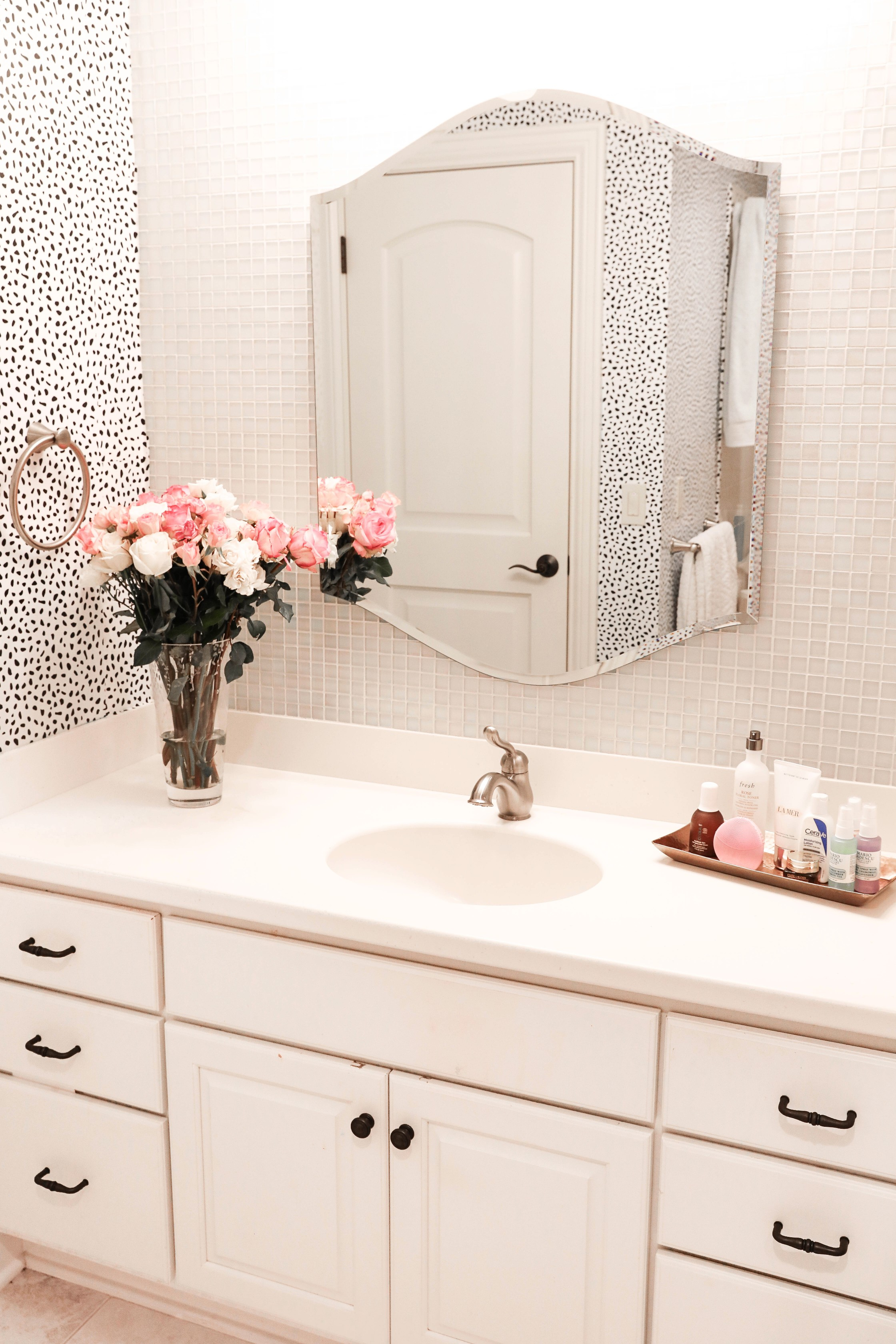 Skin care routine! How I cured my acne and back acne. The cutest dalmation print wallpaper for my bathroom transformation! This list the cutest red robe, talking about other brands such as la mer! Details on fashion blog daily dose of charm by lauren lindmark